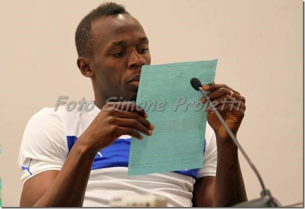 Usain Bolt inspecting the results of the 100m Golden Gala Photo Simone Proietti